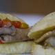 Pão de queijo com rosbife de lagarto e vinagrete